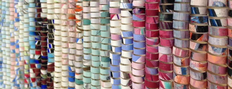 Kunstobjekt aus bunten Papierstreifen, die zu Schlaufen gelegt sind