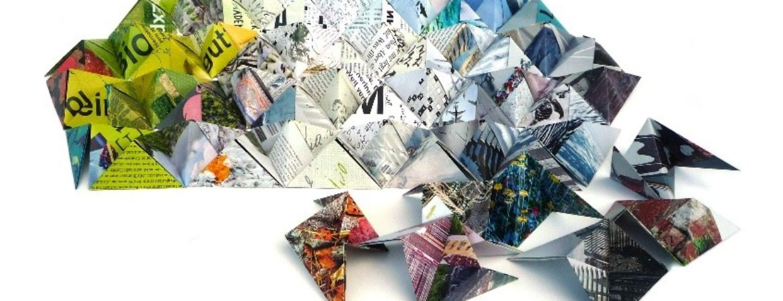 Kunstobjekt aus Sonobe-Modulen aus verschiedenen Papieren