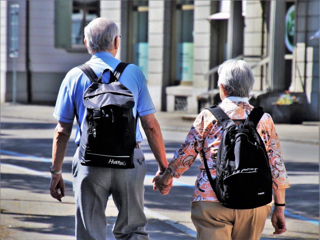 Zwei Senioren auf den Weg ins Stadtmuseum Deggendorf zur Führung am 26.02.2020