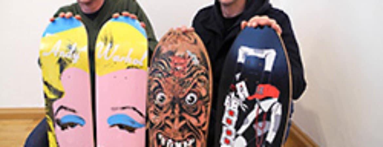 Sebastian Ebner und Herwig Zmölnig mit ihren Skateboards im Stadtmuseum Deggendorf