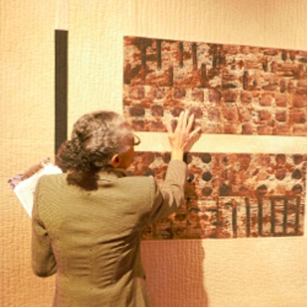 Annemarie Zoller-Sicker bei der Ausstellungsführung