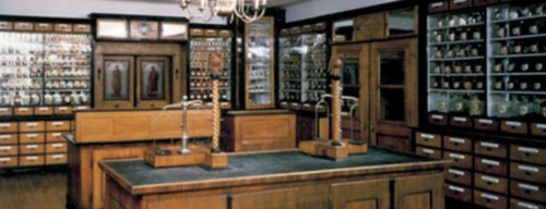 Bild einer historisch eingerichteten Apotheke als Dauerausstellung im Stadtmuseum Deggendorf