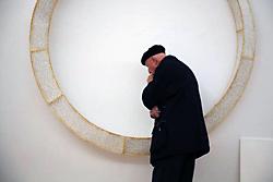Älterer Mann begutachtet ein Ausstellungsstück bei einer Führung Papier Global