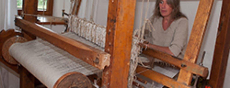 Jutta Pointner mit ihrem Webstuhl im Stadtmuseum Deggendorf