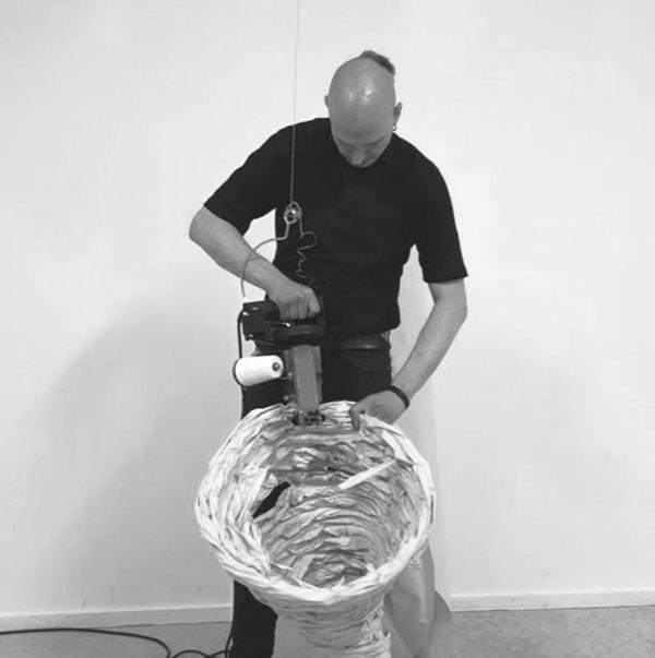 Max Weisthoff bei einer Live Performance für Papier Global im Stadtmuseum Deggendorf