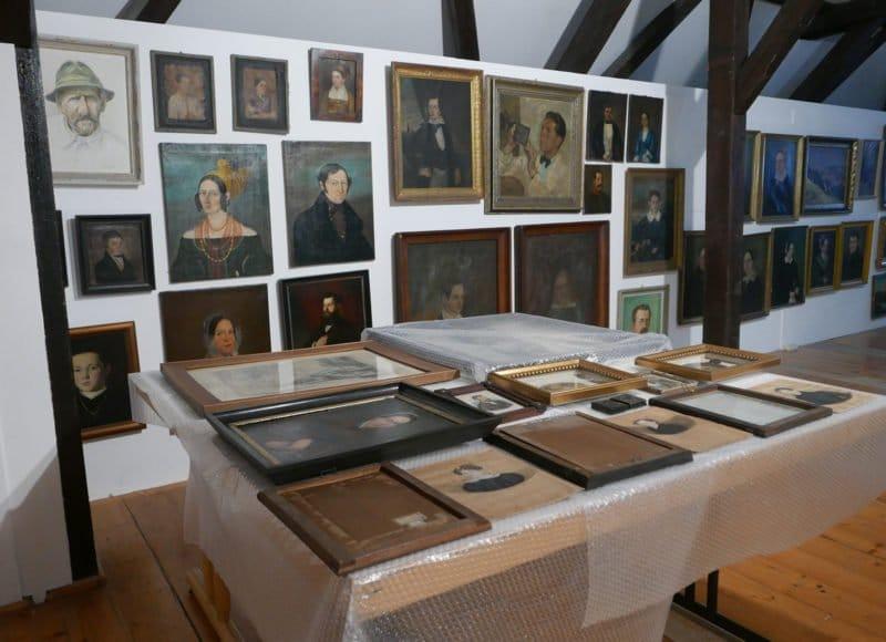 Bürgerporträts, die zur weiteren Sichtung ausstehen, sind im Dachgeschoss des Stadtmuseum Deggendorf ausgelegt.