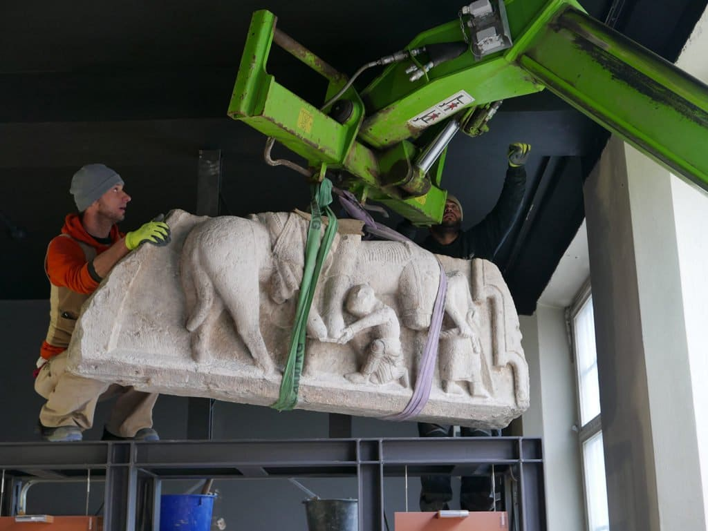 Das schwere Steinrelief wird mit einem Kran vorsichtig aus dem Stadtmuseum gebracht.