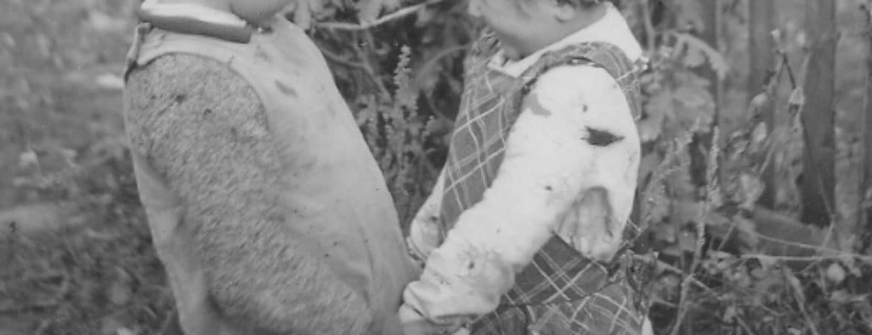 """Historisches Bild mit zwei Kindern die """"anbandeln"""" im Stadtmuseum Deggendorf"""