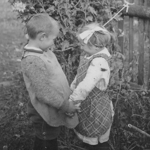 Historisches Bild mit zwei Kindern die
