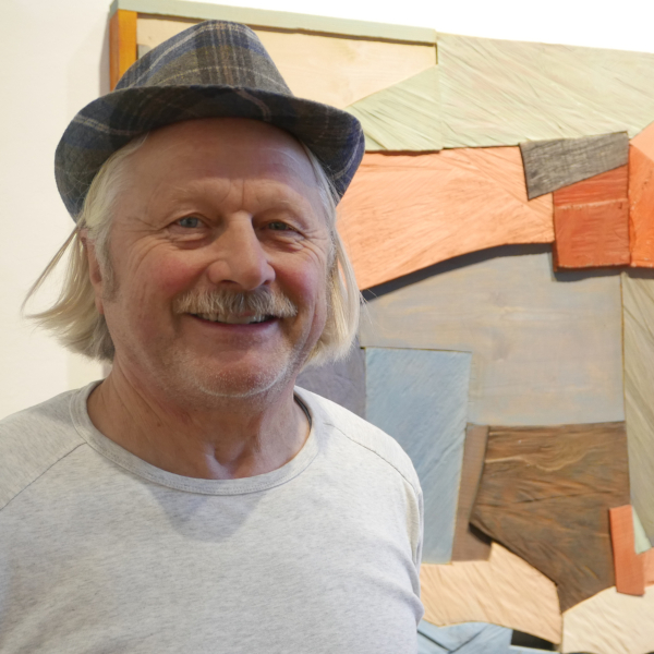 Michael Lauss vor einem seiner Kunstwerke