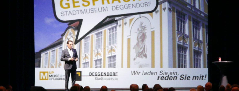 Frontansicht Stadtmuseum auf Leinwand hinter OB Christian Moser - Stadtgespräche