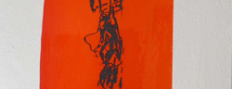 Skelett auf roten Hintergrund im Stadtmuseum Deggendorf