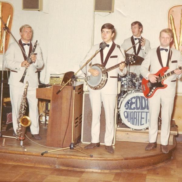 Band spielt im Tanzcafé oder Abschlussball aus der Führung