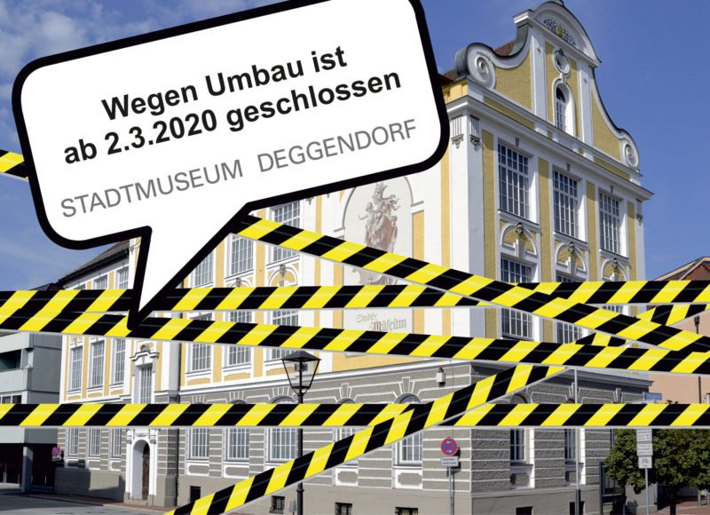 Außenansicht des Stadtmuseum Deggendorf mit gelb-schwarz-gestreiften Absperrband zur Verdeutlichung der Schließung