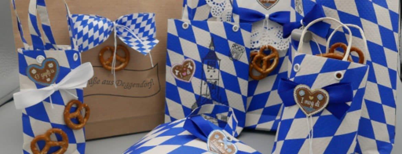 """Papiertüten mit bayerischen Dingen verziert aus dem Workshop """"Bayerisch eingetütet"""""""
