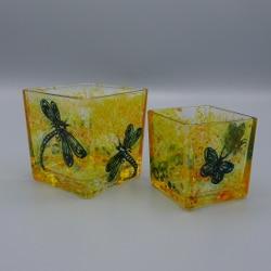 Gelbe Teelichthalter mit Schmetterlinge aus dem Workshop Glasmalerei im Stadtmuseum Deggendorf